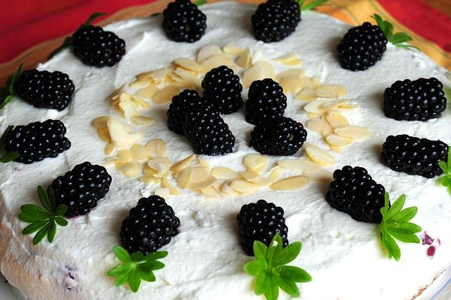 Tvarohový dort s ostružinami