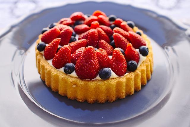 Jahodový dort s borůvkami