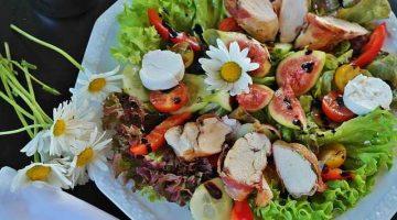 Kuřecí salát s mangem, avokádem a kokosovo-limetkovým dresinkem