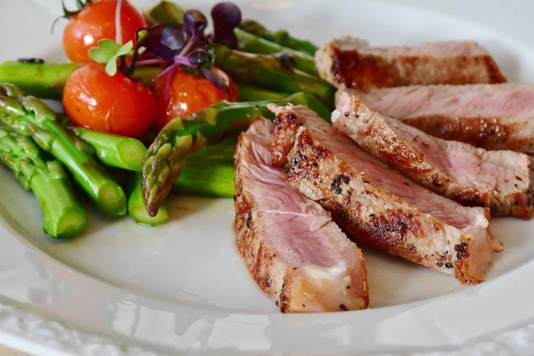 Telecí maso s rozmarýnovými bramborami a brokolicí